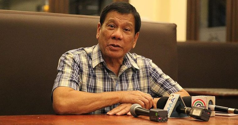 Filipínský prezident slovně napadl křesťanství, církev se brání modlitbou apůstem