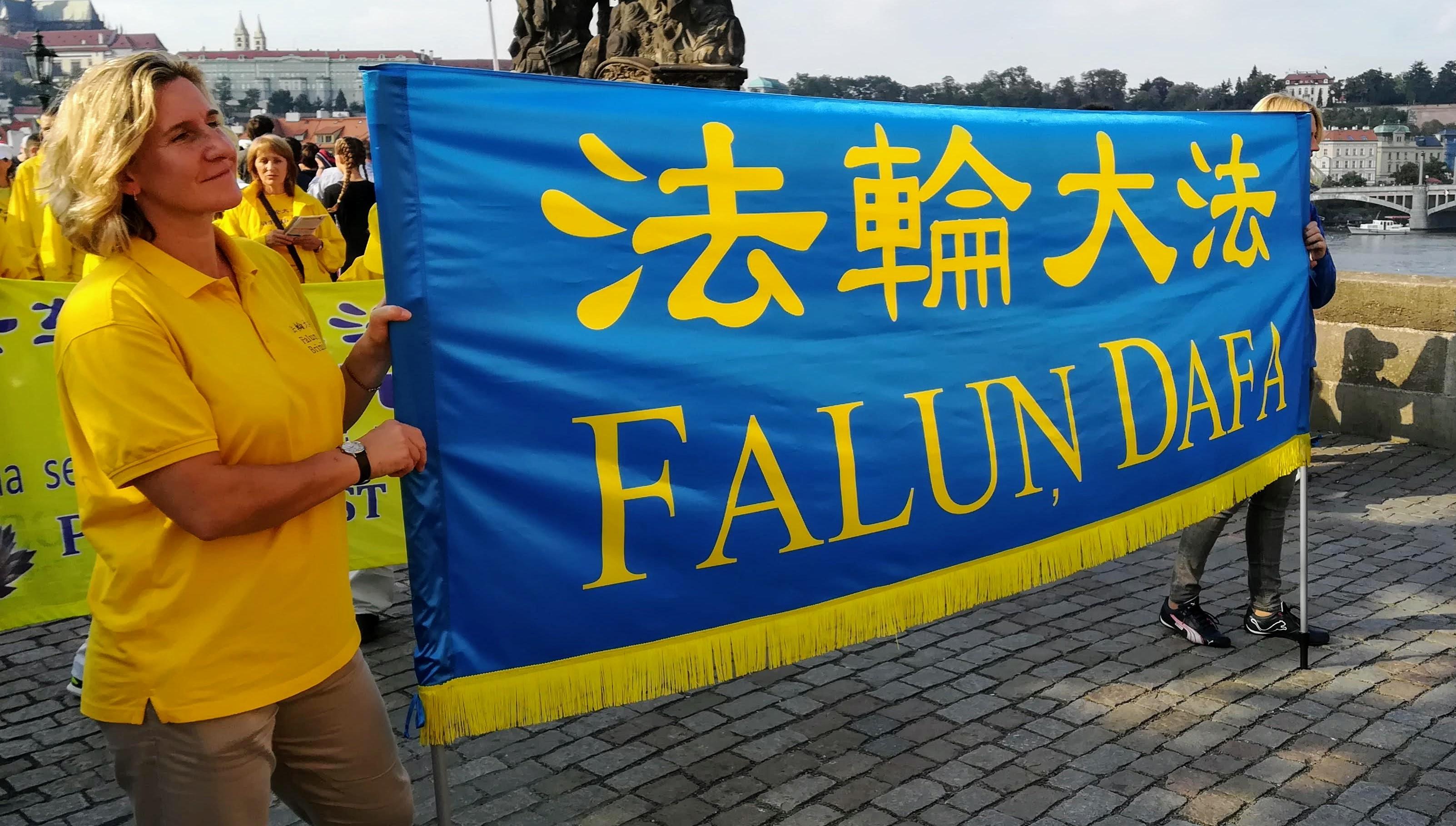 Prahou opět prošel průvod Fa-lun-kung