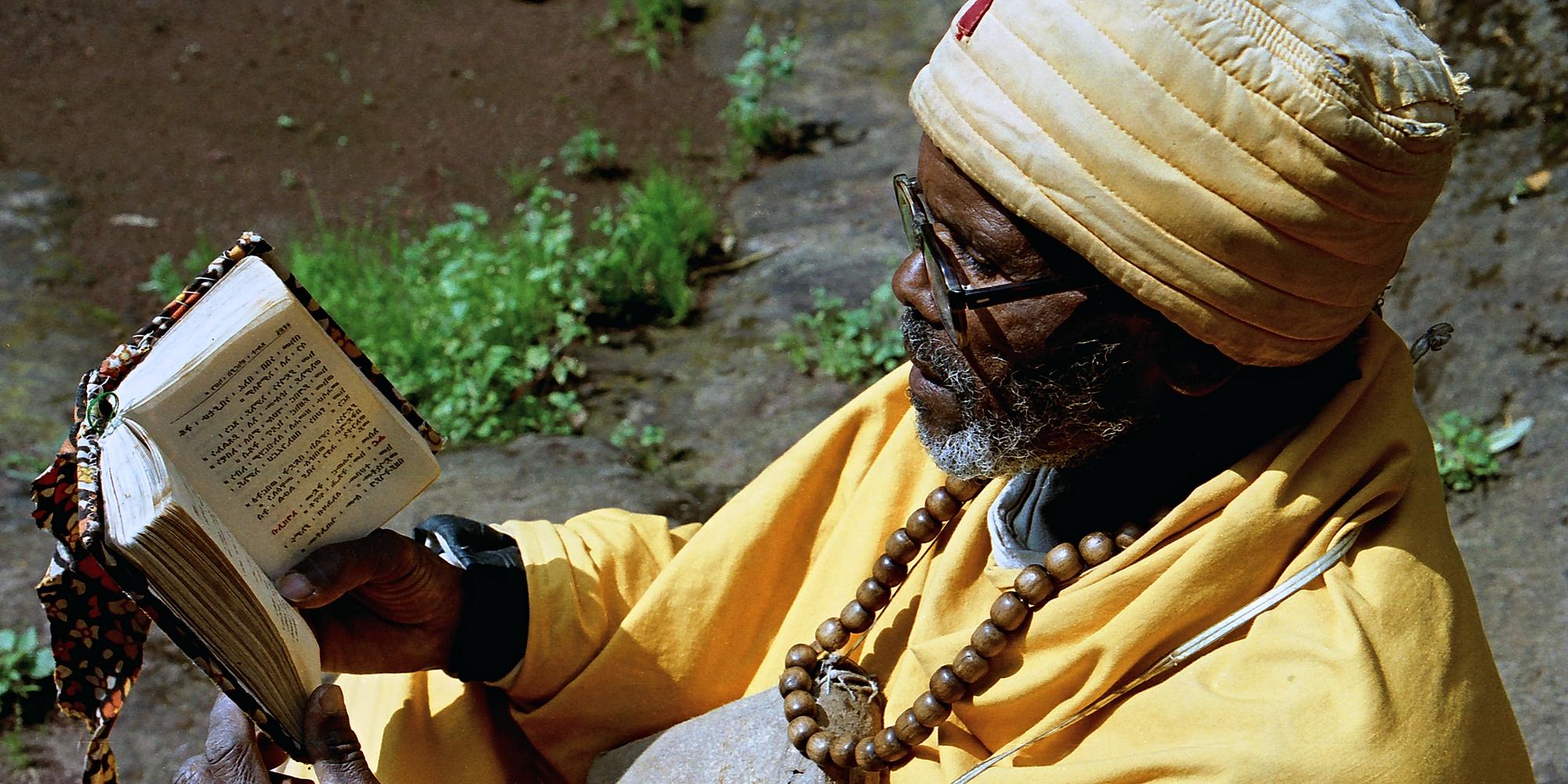 Etiopská Lalibela: kostely zapuštěné vzemi asvatí muži vrůžových dekách