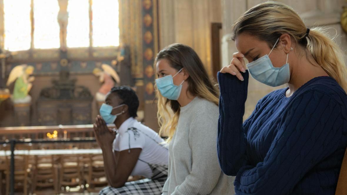 Obracejí se britští dospívající více kBohu? Aje to kvůli pandemii?